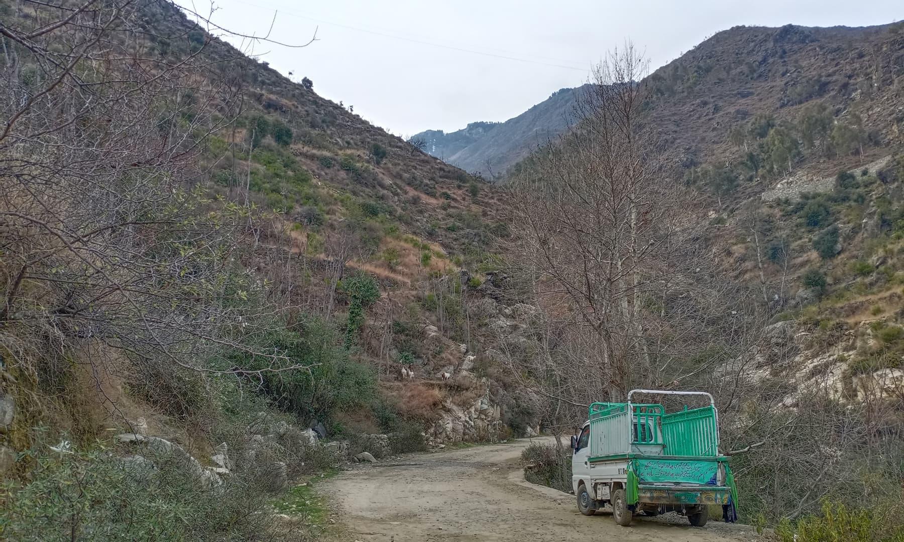 ابرار حکومت سے سڑک کی تعمیر کا مطالبہ کرتے ہیں—تصویر  عظمت اکبر