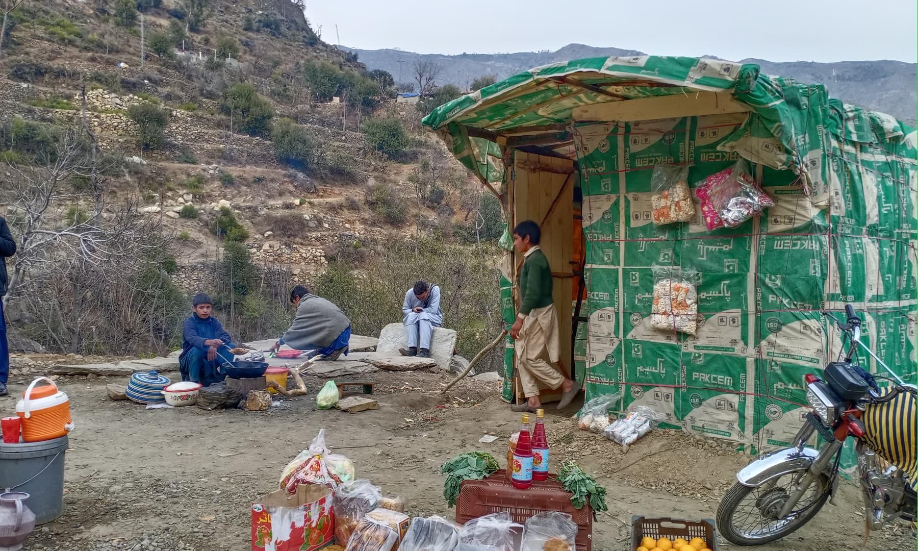 چنار گاؤں کے ایک موڑ پر ڈرائیور صاحب کی نظر پکوڑوں کی دکان پر پڑی—عظمت اکبر