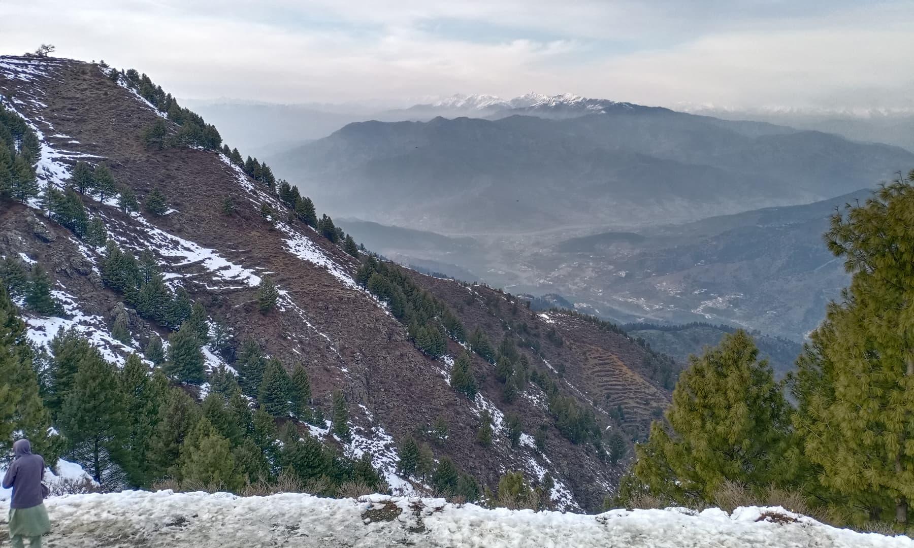 ٹاپ سے چترال اور افغانستان کی برف پوش پہاڑی سلسلے کا خوبصورت منظر—عظمت اکبر