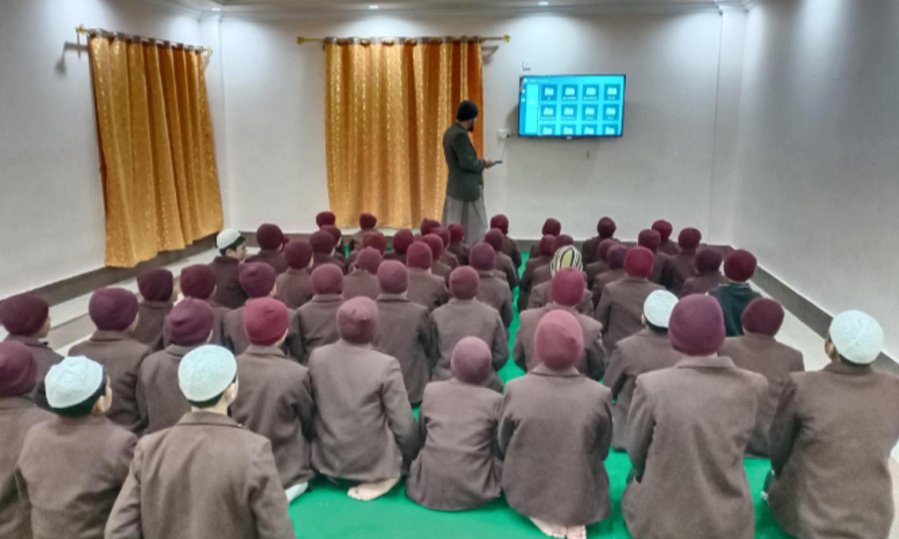 یتیم بچوں کی کفالت کے ادارے 'آغوش' میں بچوں کے ساتھ سیاحت کے حوالے سے منعقدہ سیشن—عظمت اکبر