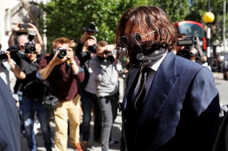 اداکار نے دیدہ زیب فیس ماسک سے چہرے کو چھپا رکھا تھا—فوٹو: رائٹرز