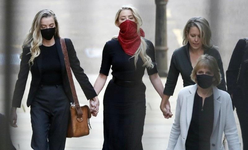 امبر ہرڈ بھی اپنی قانونی ٹیم کے ہمراہ دیدہ زیب فیس ماسک پہنے ہوئی عدالت پہنچیں—فوٹو: اے پی