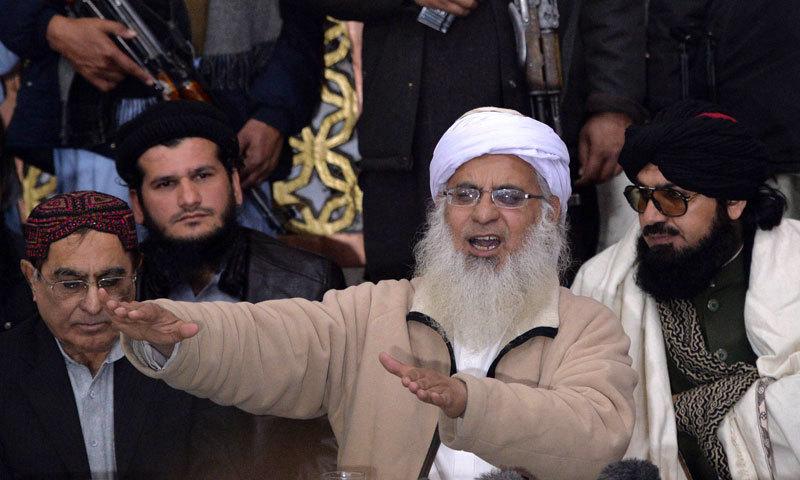 لال مسجد کے سابق عالم مولانا عبدالعزیز اور مدرسے کے منتظم کے مابین کشیدگی جاری ہے— فائل فوٹو: اے ایف پی