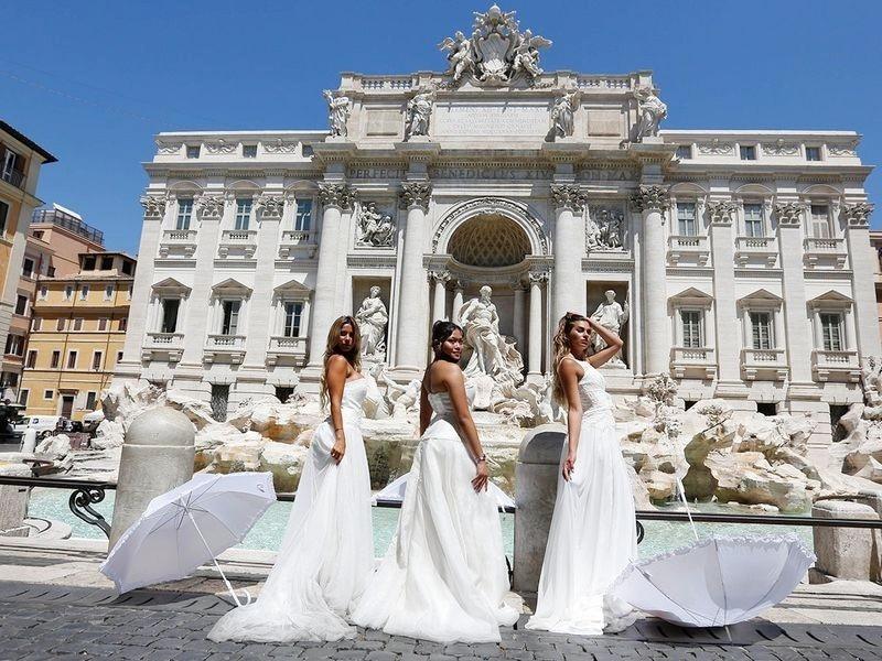 احتجاج میں شریک لڑکیوں نے سفید رنگ کے عروسی لباس پہن رکھے تھے—فوٹو: اے ایف پی