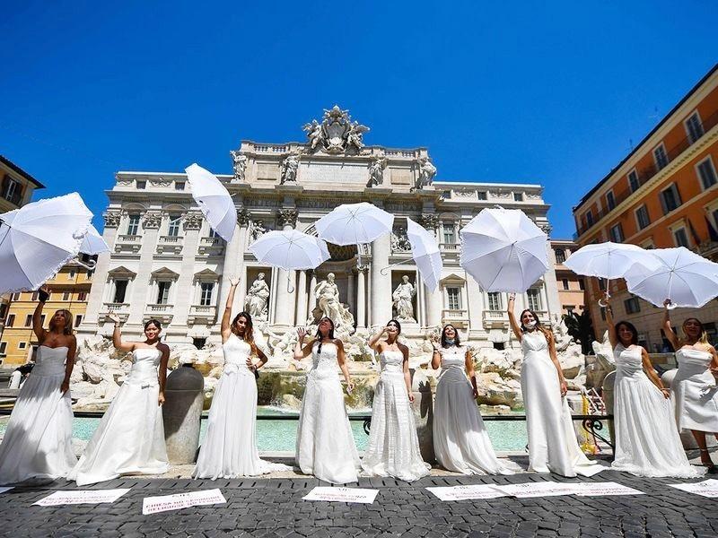 عروسی لباس میں ملبوس لڑکیوں کا احتجاج توجہ کا مرکز رہا—فوٹو: اے ایف پی
