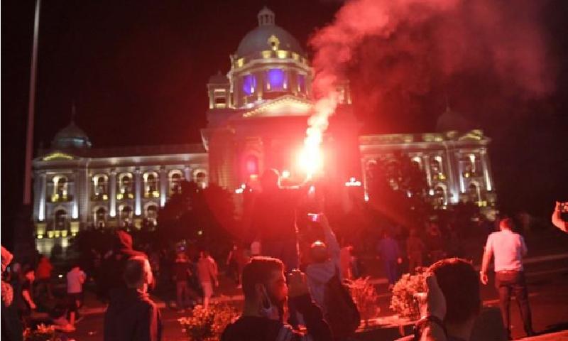 پولیس نے مظاہرین کو 15 منٹ میں پارلیمنٹ کی عمارت سے بے دخل کردیا—فوٹو:بشکریہ بی بی سی