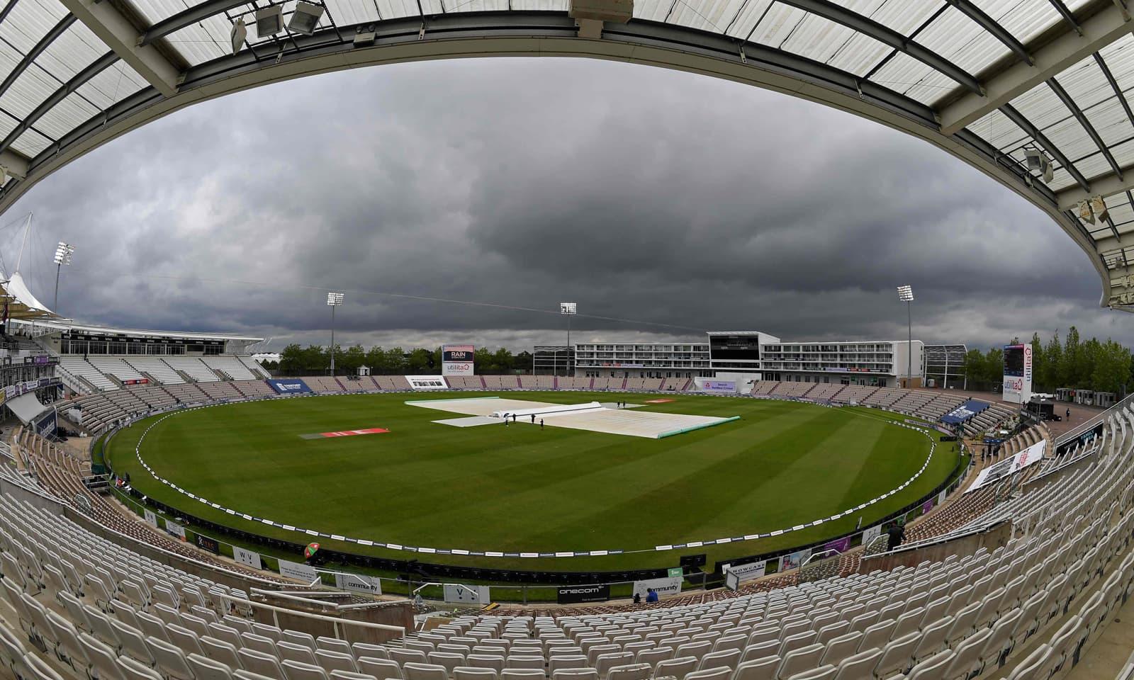 میچ بارش کے باعث تاخیر سے شروع ہوا— فوٹو: اے ایف پی