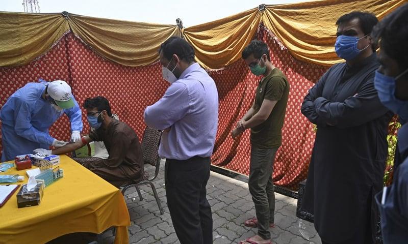 پاکستان میں کیسز کی تعداد میں کمی آرہی ہے—فائل فوٹو: اے ایف پی
