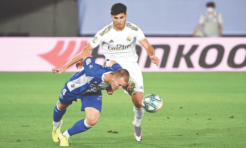 MADRID: Real Madrid's Marco Asensio (R) vies for the ball with Alaves' Rodrigo Ely during their La Liga match at the Alfredo Di Stefano Stadium.—AFP