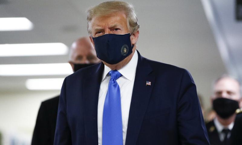 ڈونلڈ ٹرمپ کو واشنگٹن کے مضافاتی علاقے میں قائم والٹر ریڈ نیشنل ملٹری میڈیکل سینٹر کے دورے کے دوران ماسک پہنے ہوئے دیکھا گیا۔ فوٹو: اے پی
