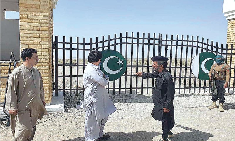 CHAGAI: Assistant Commissioner of Dalbandin Mohammad Javed Domki and Tehsildar Saeed Ahmed Zehri talking to Levies Force personnel during their visit to the Pak-Afghan border in the Chaarban area of Chagai district.—APP