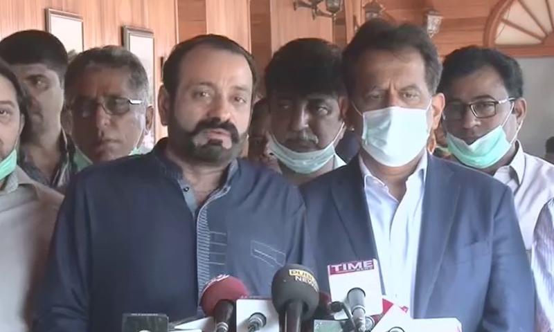 Karachi Commissioner Iftikhar Shallwani and Pakistan Cable Operators Association Chairman Khalid Arain speak to the media in Karachi.— DawnNewsTV