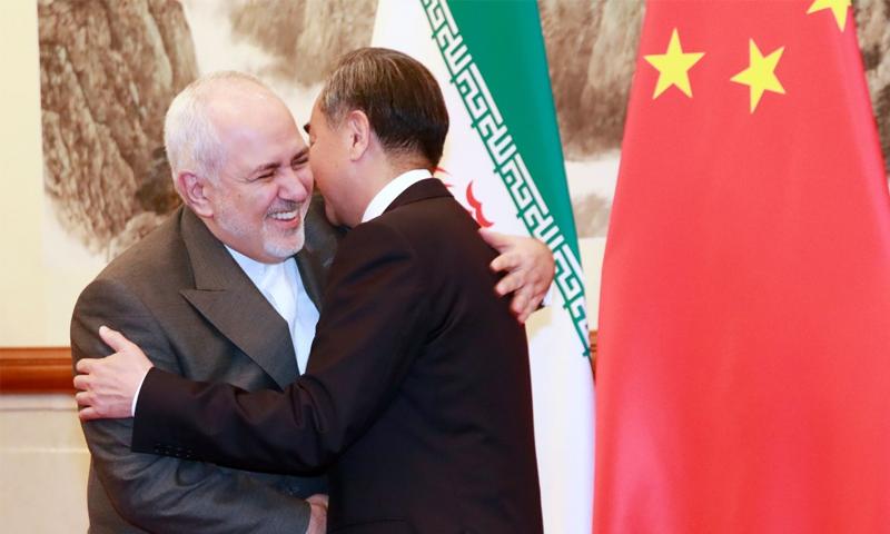 پچھلے سال اگست کے آخر میں ایران کے وزیرِ خارجہ جواد ظریف کے دورہ بیجنگ کے موقعے پر چین نے ایران کو 400 ارب ڈالر سرمایہ کاری کی پیشکش کی—اے ایف پی