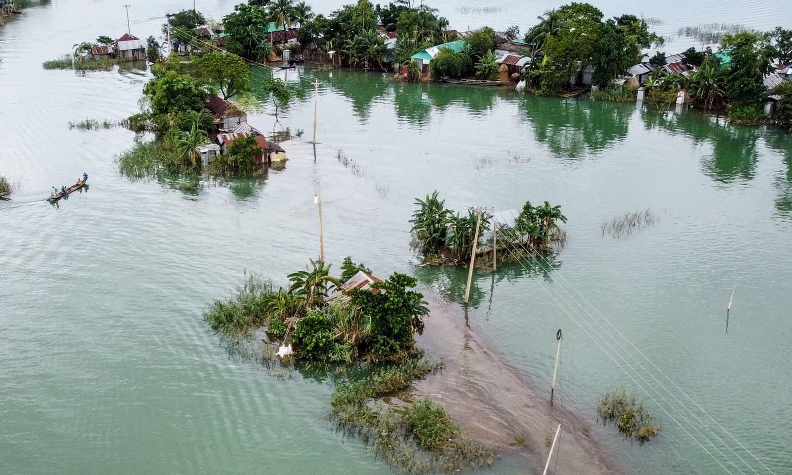 بنگلہ دیش کے علاقے صنم گنج کا فضائی منظر، بنگلہ دیش میں گزشتہ ایک دہائی میں بدترین بارشوں کے سبب ایک تہائی رقبہ بارش میں ڈوبا ہوا ہے — فوٹو: اے ایف پی