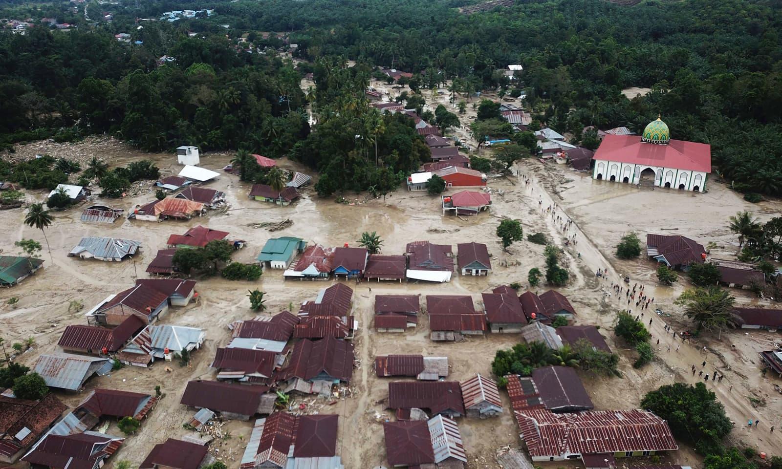 انڈونیشیا کے صوبے جنوبی سلاویسی میں سیلاب سے آنے والی تباہی کے بعد لووو اتارا کے علاقے کا فضائی منظر، صوبہ سلاویسی میں شدید بارشوں کے بعد آنے والے طوفان سے ہزاروں افراد بے گھر ہو گئے— فوٹو: اے پی