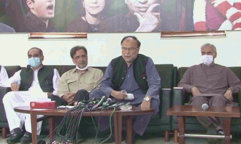 Qamar Zaman Kaira and Ahsan Iqbal, senior leaders of PPP and PML-N respectively, address the media after a meeting with PPP chief. — DawnNewsTV