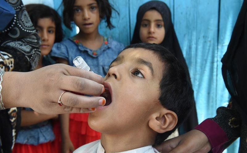 5 روزہ مہم میں 8 لاکھ بچوں کو قطرے پلائے جائیں گے—فوٹو:اے ایف پی