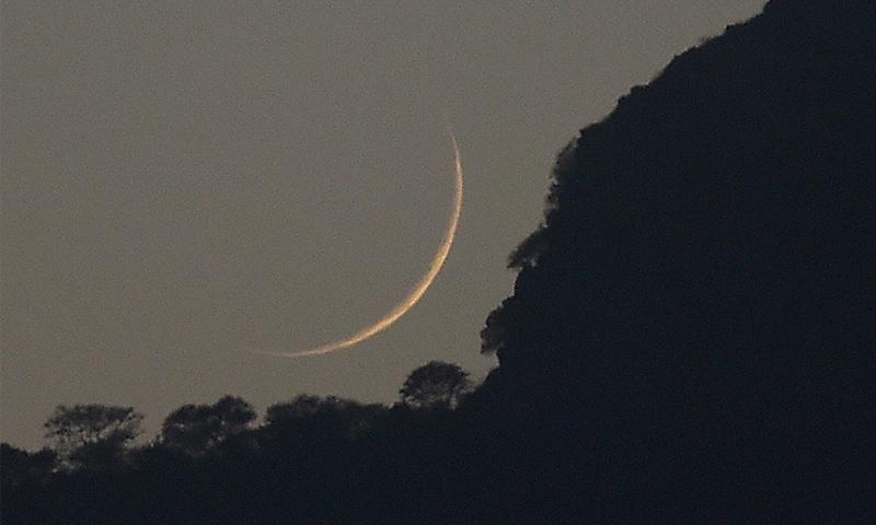 فواد چوہدری کے مطابق چاند کی پیدائش پاکستان کے معیاری وقت کے مطابق رات 10:33پر ہو چکی — فائل فوٹو/ اے ایف پی