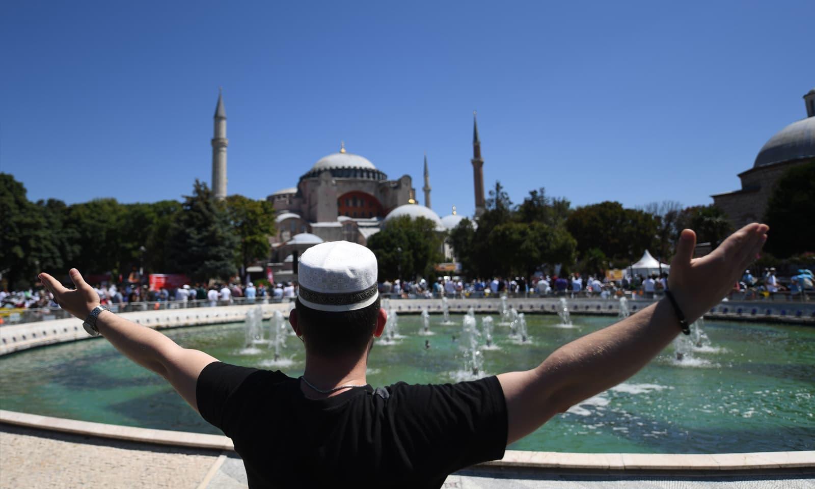 دنیا بھر میں لاکھوں افراد نے مسجد میں نماز کی ادائیگی کو براہ راست دیکھا — فوٹو: اے ایف پی