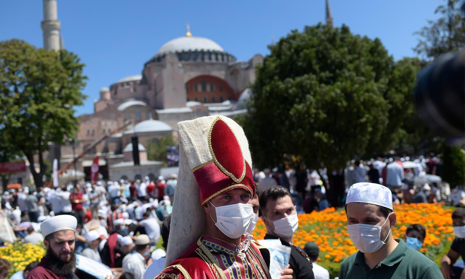 آیا صوفیہ میں ںماز کی ادائیگی کے موقع پر ایک شخص خلافت ِ عثمانیہ کے دور کے لباس میں موجود ہے — فوٹو:اے پی