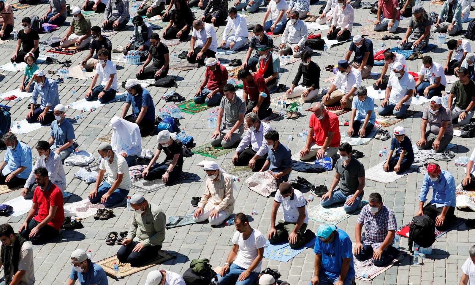 آیا صوفیہ میں نماز جمعہ کی ادائیگی کو دنیا کے متعدد نشریاتی اداروں نے براہ راست دکھایا — فوٹو:رائٹرز