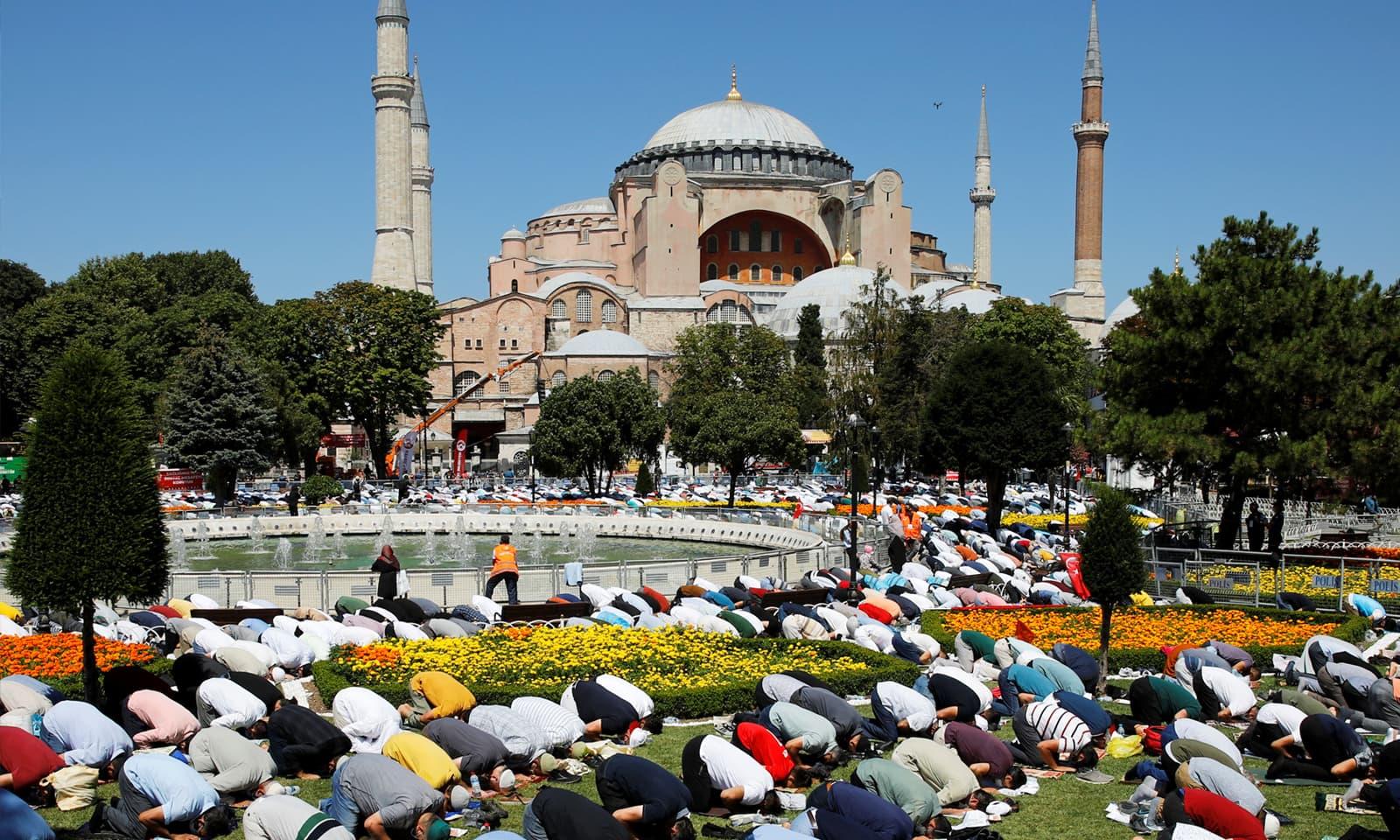 86  سال بعد 24 جولائی کو آیا صوفیہ مسجد میں نماز جمعہ کی ادائیگی کے لیے ہزاروں افراد جمع ہوئے— فوٹو:رائٹرز