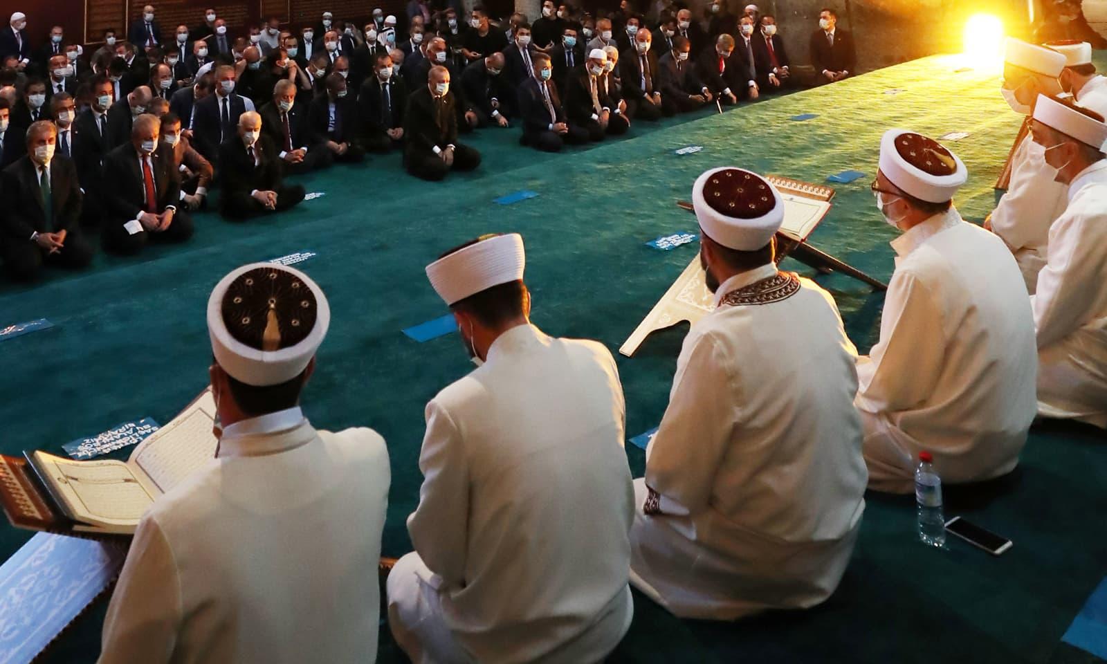 لوگوں نے نماز جمعہ سے کئی گھنٹے قبل ہی تلاوت قرآن پاک شروع کردی تھی — فوٹو:رائٹرز