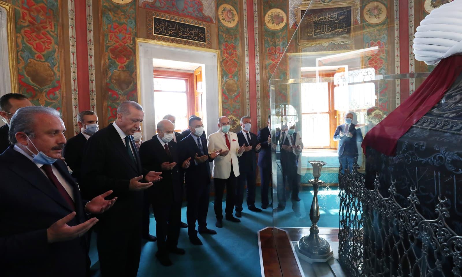ترک صدر نے نمازِ جمعہ کی ادائیگی کے بعد خلافت عثمانیہ کے  سلطان مہمت کے مقبرے  پر فاتحہ پڑھی— فوٹو:رائٹرز