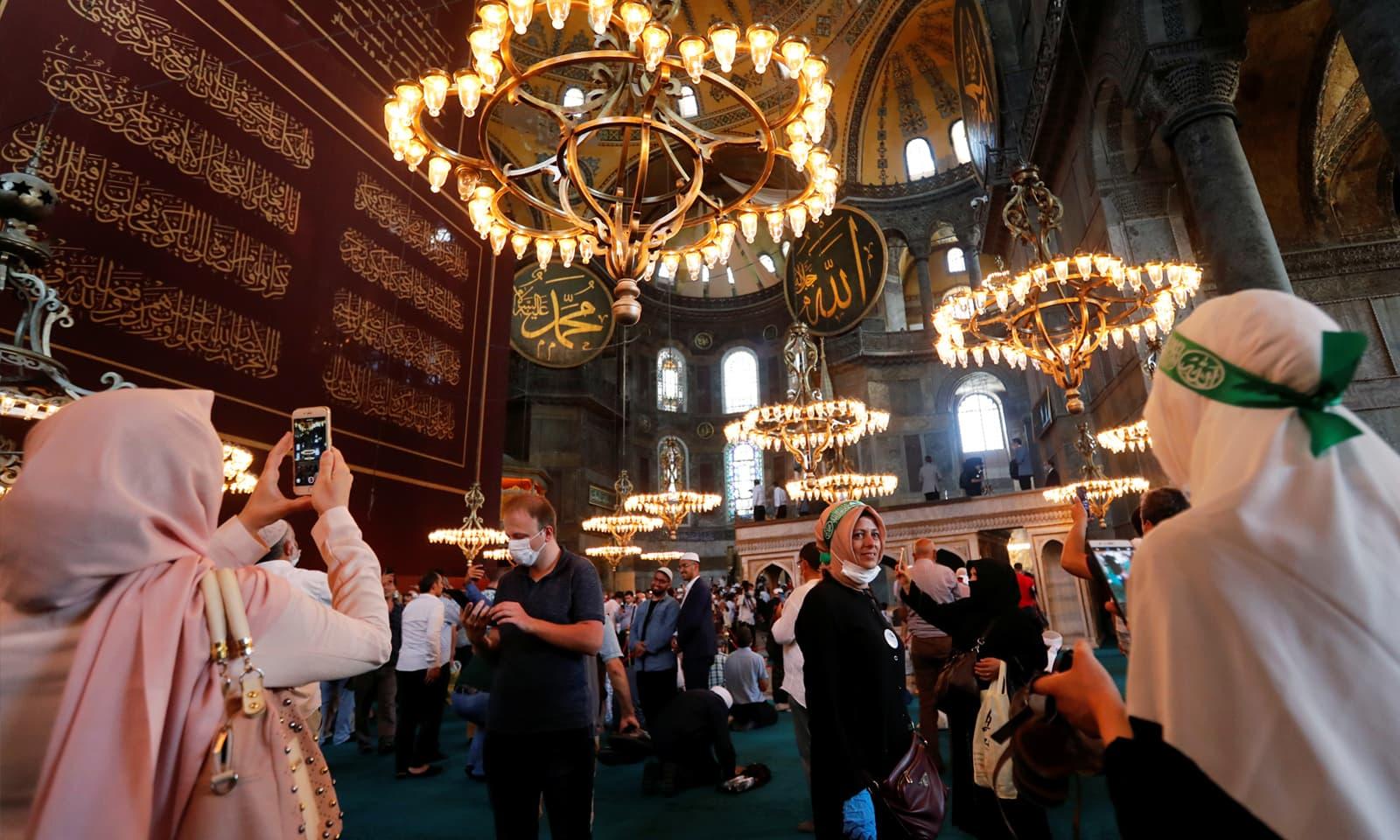 مصطفیٰ کمال اتاترک نے مسجد کو 1934 میں میوزیم میں تبدیل کردیا تھا— فوٹو: رائٹرز