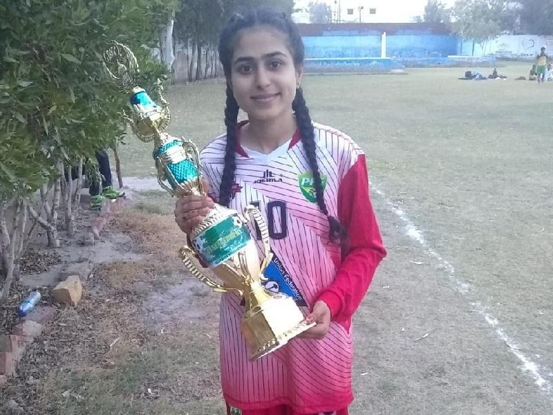 لیاری میں مائیکاں بہت سی لڑکیوں کے لیے فٹبال اسٹار ہیں