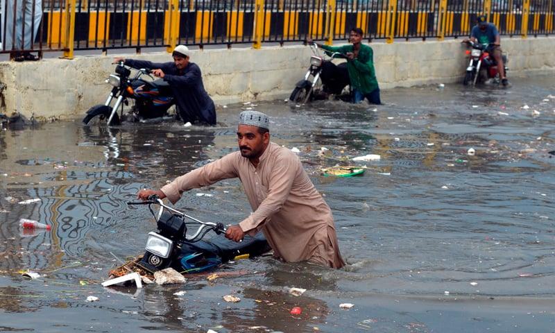 بارش کے باعث کراچی کی ایک شاہراہ کا منظر—فوٹو: اے ایف پی