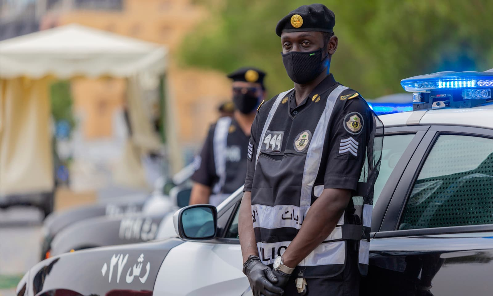 کورونا وائرس کا پھیلاؤ روکنے کے لیے عملے سمیت تمام افراد کے لیے ماسک پہننا لازمی ہے — فوٹو: اے ہی