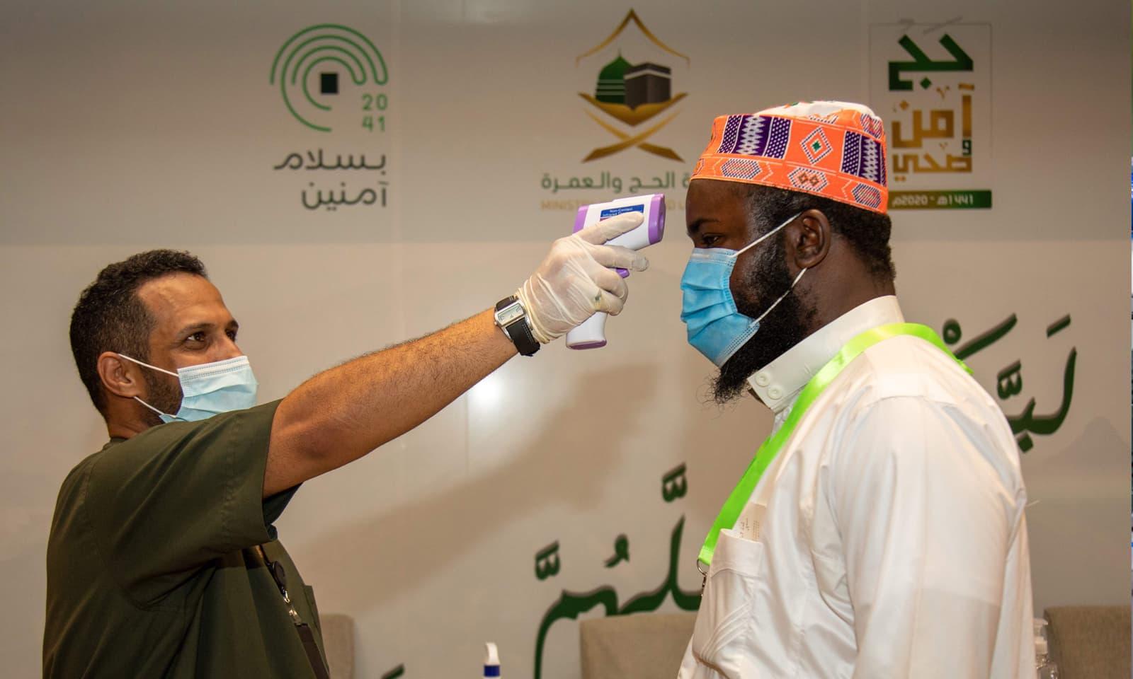 ہر مقام پر داخلے سے قبل حاجیوں کا بخار چیک کیا جائے گا — فوٹو: اے ایف ہی