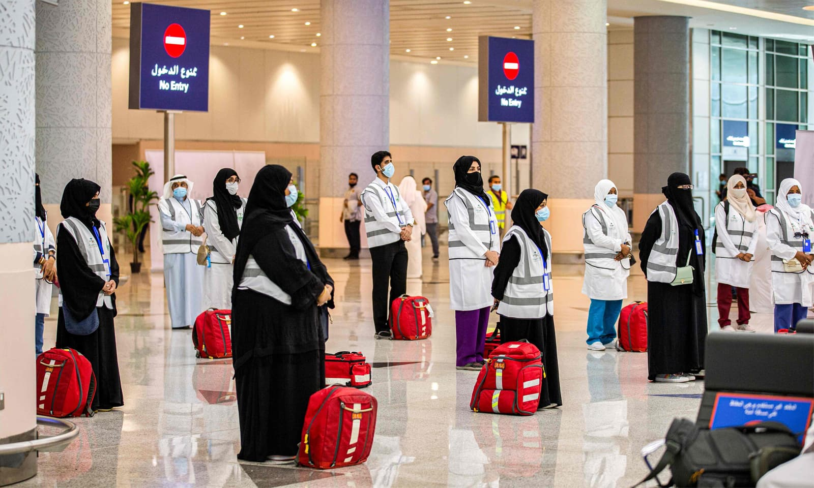 ایئرپورٹ پر عازمین حج کے طبی معائنے کے لیے میڈیکل ٹیم تعیانت کی گئی ہے — فوٹو: اے ایف پی