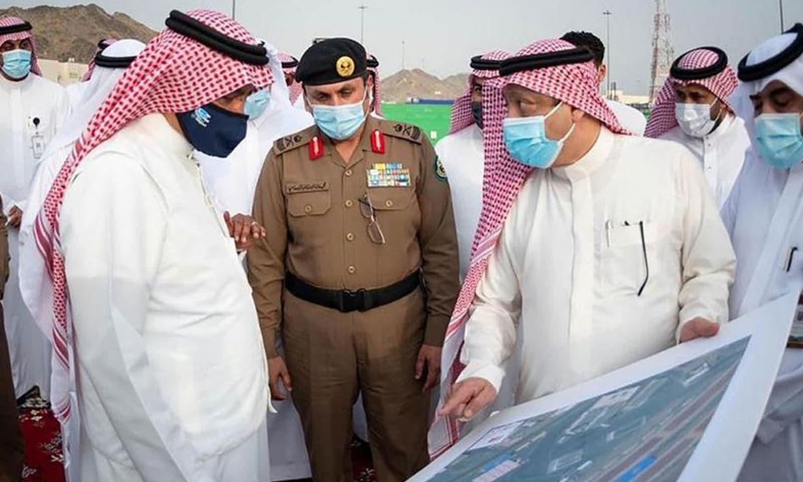 سعودی وزیر برائے حج و عمرہ رواں برس عازمین حج کی مدد کے لیے استعمال ہونے والے آلات کا جائزہ لے رہے ہیں — فوٹو بشکریہ سعودی پریس ایجنسی