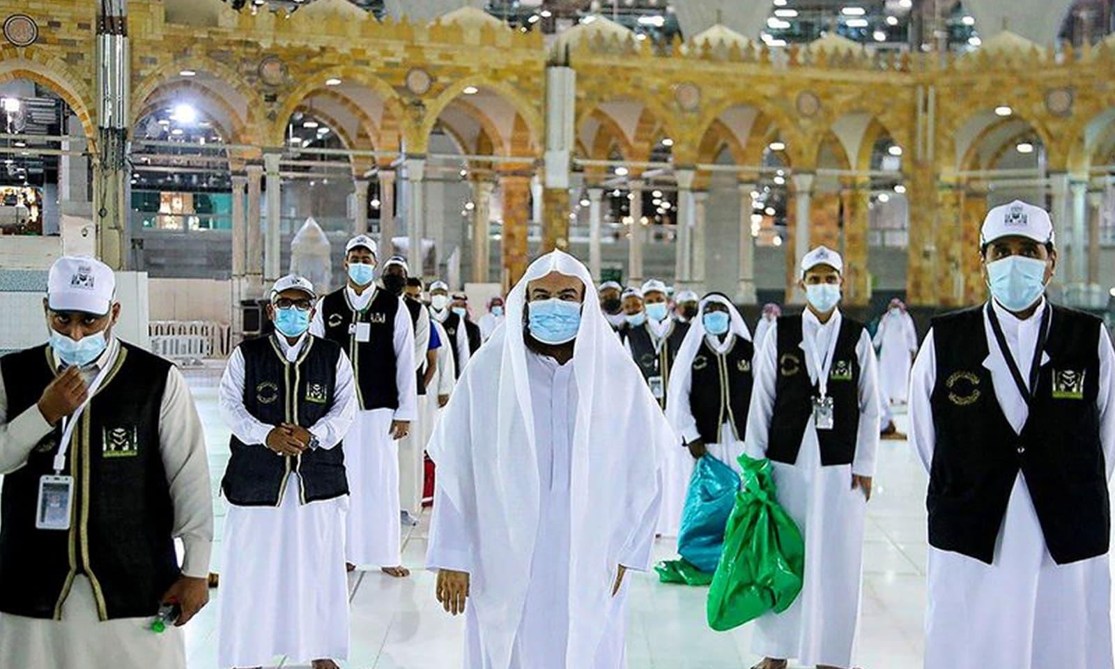 غلاف کعبہ کی تیاری پر کام کرنے والے سعودی حکام  نے بھی احتیاطی تدابیر اپنائی ہیں — فوٹو:رائٹرز