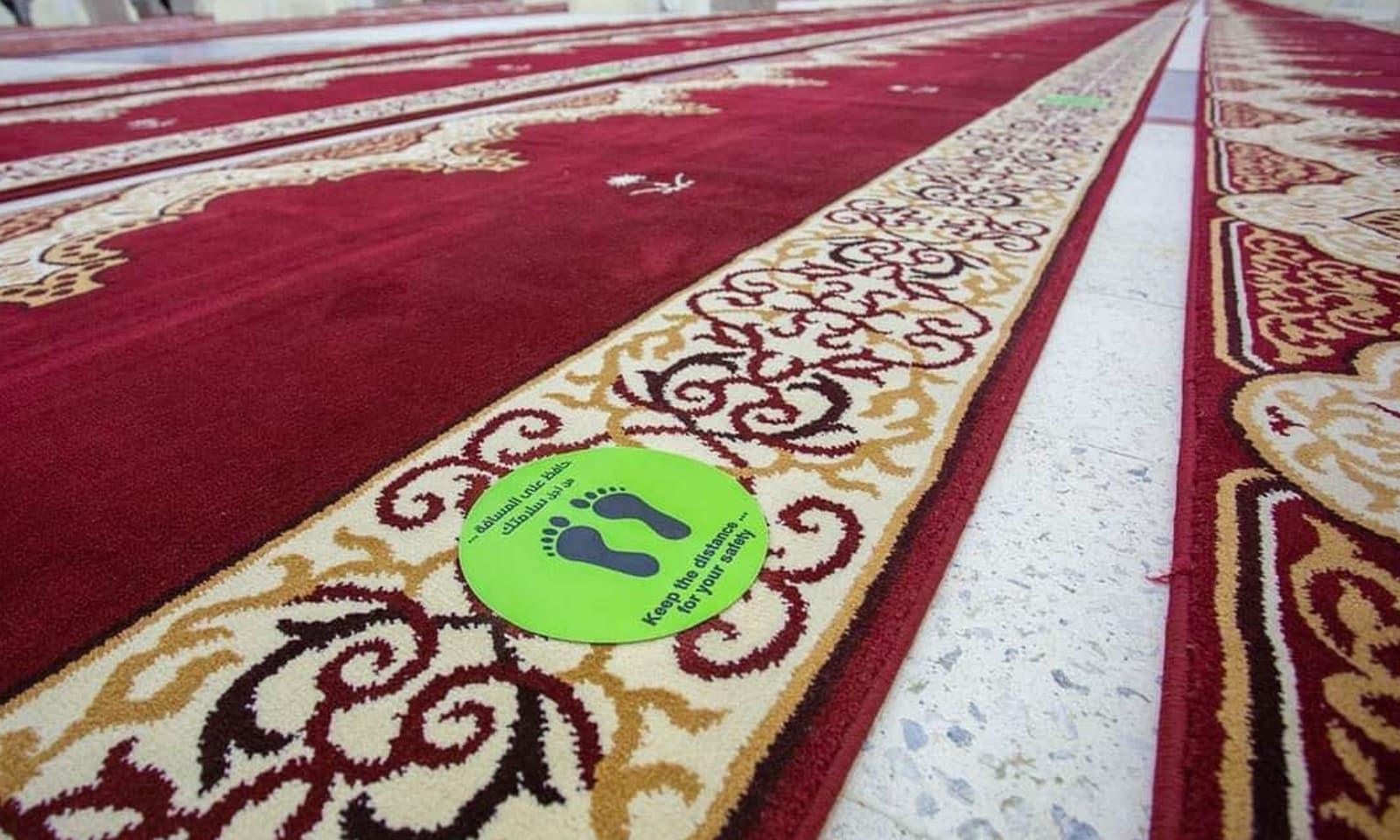 مسجد نمرہ میں نمازیوں کے درمیان سماجی فاصلہ برقرار رکھنے کے انتظامات کیے گئے ہیں — فوٹو بشکریہ حرمین آفیشل ٹوئٹر اکاؤنٹ