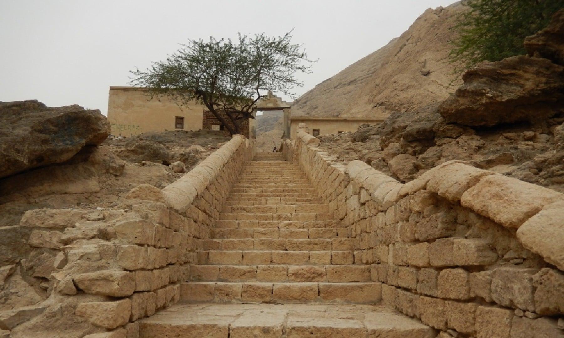 سیڑھیوں پر سیمنٹ اور لوہے کی ایک تہہ بچھا دی گئی ہے
