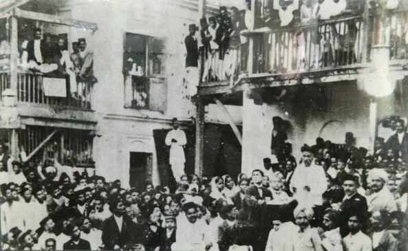 Tilak addressing a meeting at Shantaram Chawl, Bombay, in 1917. M A Jinnah can be seen, in black jacket, to his right.