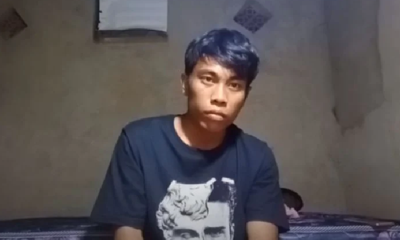 انڈونیشیا: نوجوان کی دو گھنٹے کیمرے کے ساتھ بیٹھے رہنے کی ویڈیو وائرل