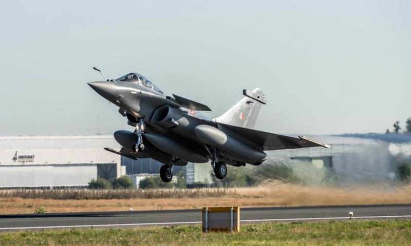 بھارت: رافیل جنگی طیاروں کی آمد پر وزیر دفاع کی 'چین' کو تنبیہ