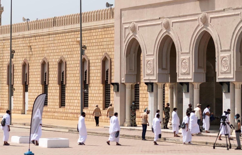 حجاج سماجی فاصلہ برقرار رکھتے ہوئے مسجد نمرہ میں داخل ہو رہے ہیں—فوٹو: راٹئرز