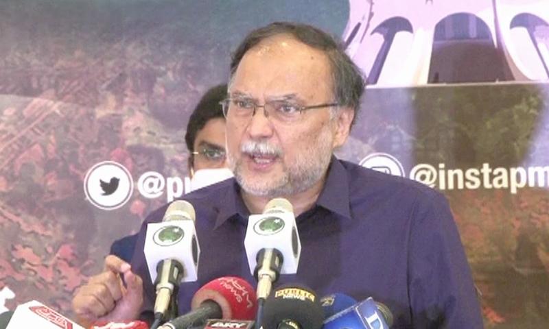 مسلم لیگ (ن) کے رہنما کے مطابق حکومت کو اپنی چوری پکڑے جانے پر تکلیف ہے — فوٹو: ڈان نیوز