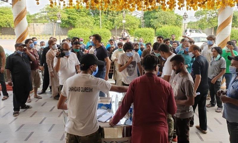 علی ظفر کی جانب سے عید کے موقع پر 250 خاندانوں میں رقم تقسیم