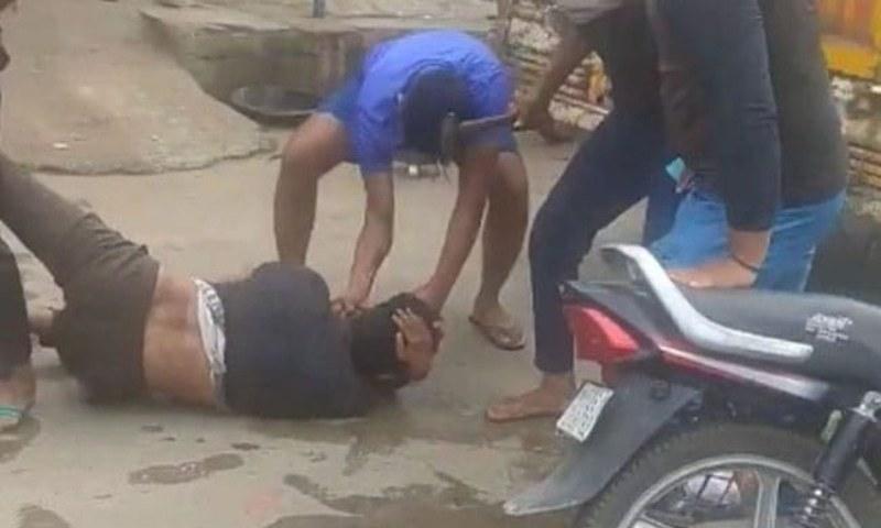 واقعے کی ویڈیو وائرل ہوگئی جس میں ایک گروہ کو 27 سالہ لقمان کو گھسیٹتے اور لات مارتے دیکھا جاسکتا ہے۔ فوٹو بشکریہ این ڈی ٹی وی