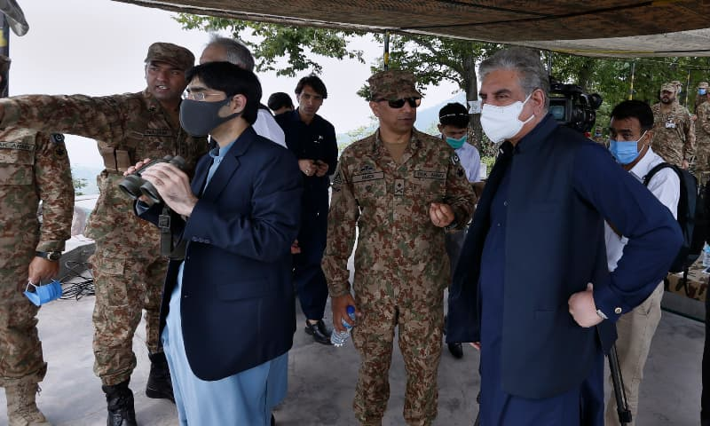 A senior army officer, centre, briefs FM Qureshi and SAPM Moeed Yusuf during their visit to forward area post in Chirikot sector, AJK. — AP