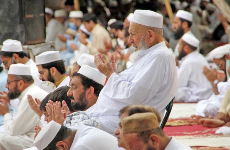 Faithful pray after offering Eid prayers at Eidgah on Charsadda Road, Peshawar. — White Star