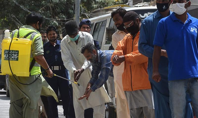 پاکستان میں کیسز میں کمی دیکھی جارہی ہے—فائل فوٹو: اے ایف پی