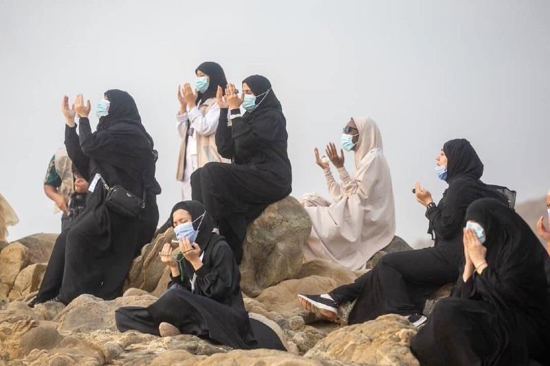 اس سال خواتین کو بھی کم تعداد کے ساتھ عبادت کرنے کا موقع میسر آیا—فوٹو: حرمین ٹوئٹر