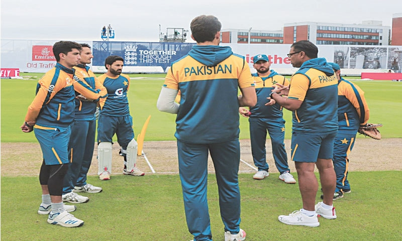 PAKISTAN'S bowling coach Waqar Younis (R) talks to his players during a training session at Old Trafford on Tuesday.—Courtesy PCB